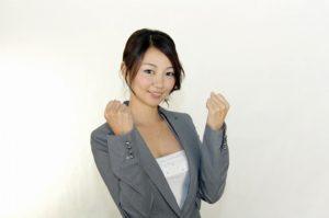 ガッツポーズする女性2 (2)